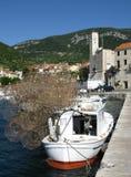 Trappes empilées de poissons sur un petit bateau de pêche Image libre de droits
