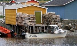 Trappes et bateaux de langoustine dans le fleuve de truite Photo stock