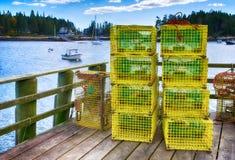 Trappole dell'aragosta ad un pilastro di pesca Immagine Stock