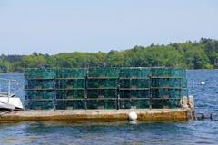 Trappole dell'aragosta ad un pilastro di pesca in Maine costiero, Nuova Inghilterra Fotografie Stock