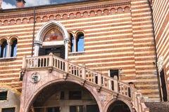 Trappuppgång av anledning i borggård den Palazzo dellaen Ragione Arkivfoton