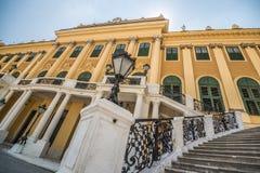 Trappuppgång av den Schonbrunn slotten i Wien Fotografering för Bildbyråer