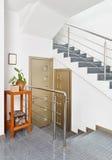trappuppgång för inre metall för korridor modern royaltyfri fotografi