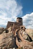 Trappuppgång för sten för torn för utkik för Harney maximumbrand under cirrusmolncloudscape i Custer State Park i Blacket Hills a fotografering för bildbyråer