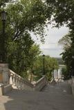 Trappuppgång från den Vladimir nedstigningen till monumentet av Magdeburg Royaltyfri Fotografi