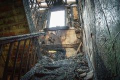 Trappuppgång i det gamla brända huset arkivbild