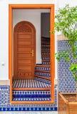 Trappuppgång i en borggård i en marockansk riad Arkivfoton