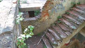 Trappuppgång i en gammal övergiven förstörd byggnad stock video