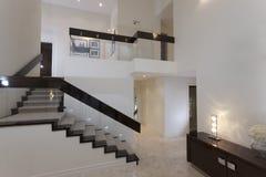 Trappuppgång i ett modernt hus royaltyfri foto