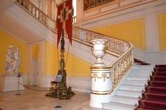 Trappuppgång i kunglig slott royaltyfri bild