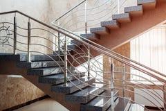 Trappuppgång i modern byggnad för affärsmitt Nöd- evakueringsutgång Trappa i shoppinggalleria Vit stege royaltyfri foto