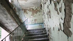 Trappuppgång inom en övergiven byggnad Halva-fördärvade byggnader i getto Nästan kollapsat och förstört stadskvarter stock video