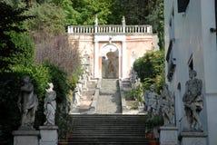 Trappuppgång med statyer som det leder till en liten tempel i en villa i Monselice till och med kullarna i Venetoen (Italien) Royaltyfria Foton