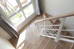 Trappuppgång med trappa i ett hus royaltyfria foton