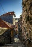 Trappuppgång ner mellan forntida hus i mitten av Porto, Portugal royaltyfri bild