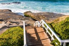 Trappuppgång ner till den Windansea stranden i La Jolla Royaltyfri Fotografi