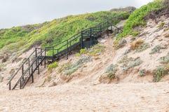 Trappuppgång ner till stranden i Reebok royaltyfri foto
