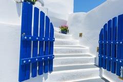 Trappuppgång och traditionell arkitektur i Santorini, Grekland Arkivfoton