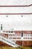 Trappuppgång på bakgrundsväggen med marmortegelplattor Arkivfoto