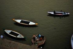 Trappuppgång på den sakrala Ganges River kusten i Varanasi, Indien Arkivbilder