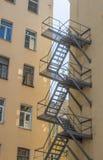 Trappuppgång på fasaden av den gamla byggnaden Royaltyfria Foton