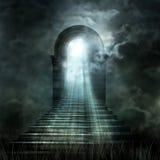 Trappuppgång som för till himmel eller helvete Ljus på slutet av tunnan Royaltyfri Foto