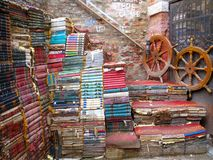 Trappuppgång som göras av böcker i Venedig Fotografering för Bildbyråer