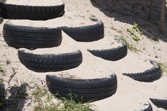 Trappuppgång som göras från sand i gummihjulet på stranden Arkivfoton
