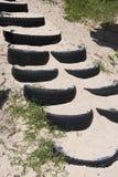 Trappuppgång som göras från sand i gummihjulet på stranden Royaltyfri Bild