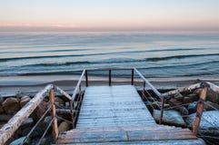 Trappuppgång som leder in mot havet arkivbild