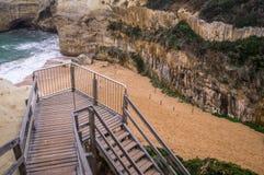 Trappuppgång som leder till stranden på den stora havvägen, Victoria, Australien Arkivbild
