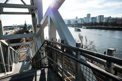 Trappuppgång som ner går till den Eastbank promenaden den Willamette floden och den i stadens centrum horisonten i Portland, Oreg Royaltyfri Foto