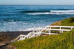 Trappuppgång som ner leder till den Windansea stranden Arkivbilder