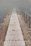Trappuppgång som stiger ned till havet Arkivfoton
