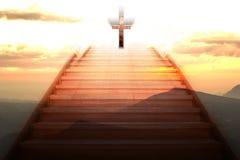 Trappuppgång som upp till går det kristna korset Fotografering för Bildbyråer