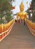 Trappuppgång till den stora Buddha Royaltyfri Foto
