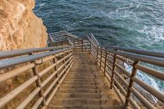 Trappuppgång till havet på solnedgångklippor i San Diego arkivfoton