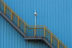 Trappuppgångar och väggar Arkivbild