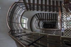 Trappuppgångarna i den övergav byggnaden arkivfoto