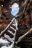 Trappuppgångdetaljer till hålet i tegelstenväggen och en blå himmel Royaltyfri Foto