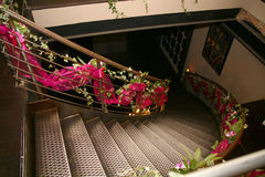 trappuppgången dekoreras med blommor Royaltyfri Fotografi