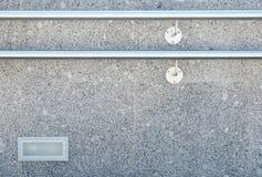 Trappuppgången dekoreras med granit- och marmortegelplattor med metallräcke Arkivfoto
