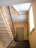 Trappuppgången i ingången av ett gammalt hus royaltyfri foto