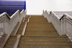 Trappuppgången leder till övergången arkivbild