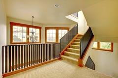 Trappuppgången med belägger med metall räcket. Ny lyxig hemmiljö. royaltyfria bilder