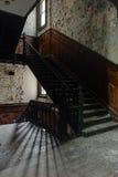 Trappuppgången skuggar - den övergav skolan för pojkar - New York Royaltyfri Bild