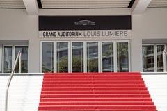 Trappuppg?ng f?r r?d matta av den storslagna salongen p? Juli 05 2015 i Cannes Frankrike royaltyfria bilder