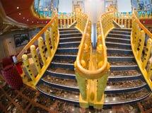 Trappuppgång av ett modernt kryssningskepp Royaltyfri Foto