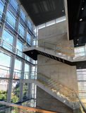 Trappuppgång i en modern byggnad Arkivbilder