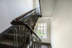 Trappuppgång med den gamla dekorativa räcket Arkivbild